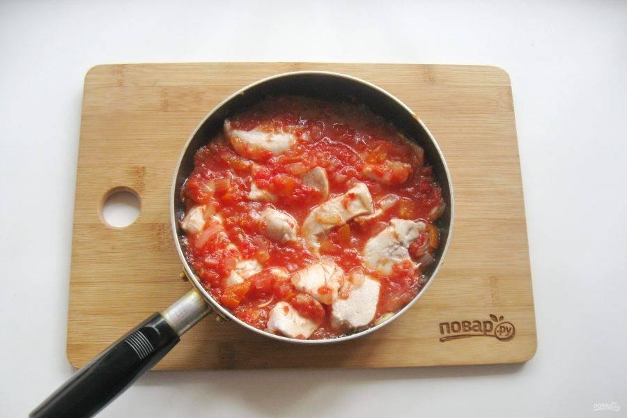 Перемешайте курицу с овощами и прогрейте еще 5-6 минут.