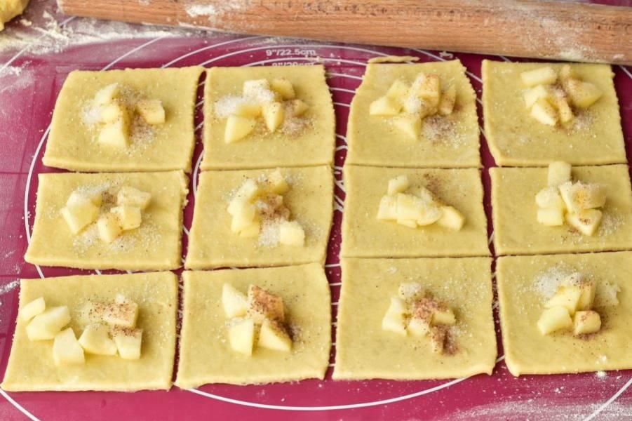 Выложите яблоко, которое нарежьте кусочками. Сверху посыпьте сахаром и корицей.
