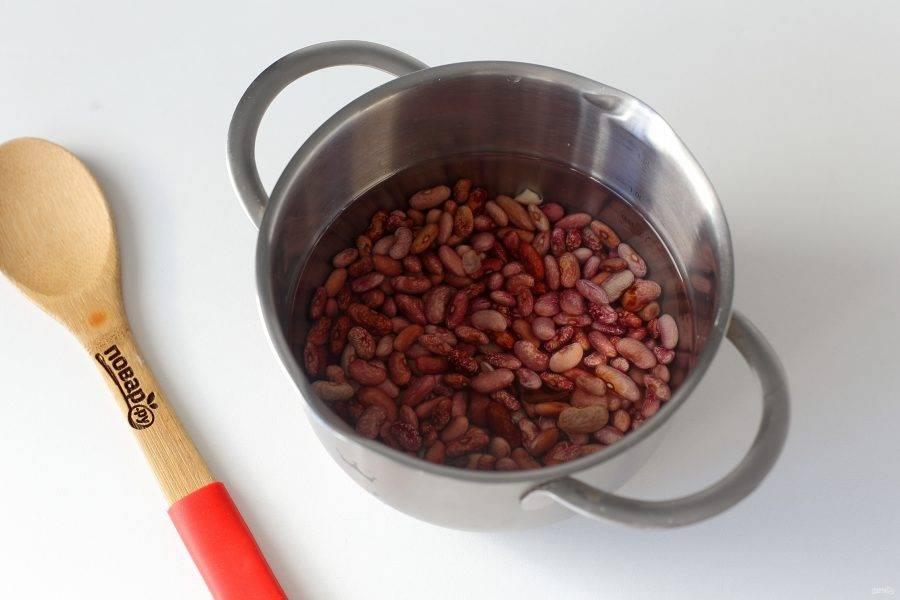 Фасоль замочите в воде на несколько часов, затем промойте, переложите в кастрюлю и варите при слабом кипении до полной готовности.