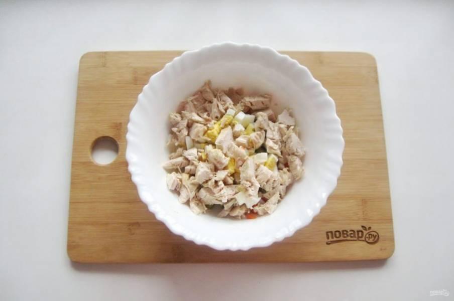 Отварное яйцо и курицу нарежьте, добавьте в салат.