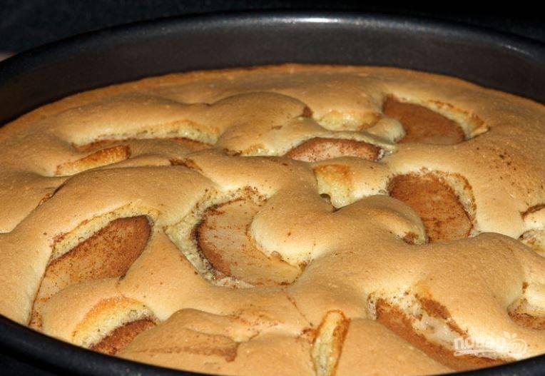 7. При температуре 180-200 градусов выпекайте нежный пирог около получаса, до румяной корочки.