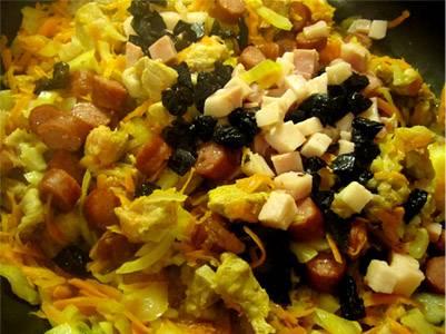 Копчености и чернослив добавляем на сковородку, обжариваем, перемешивая.