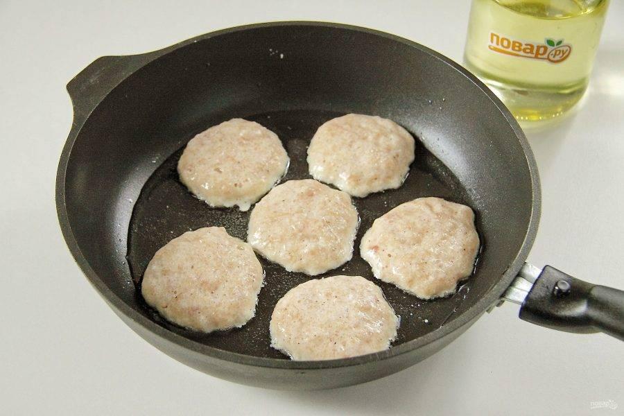 7. Разогрейте сковороду с маслом и, набирая воздушный мясной фарш ложкой, опустите его на раскаленную сковороду.