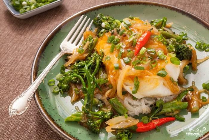 Готовую тушеную треску с брокколи можете еще украсить зеленым луком. Приятного аппетита!