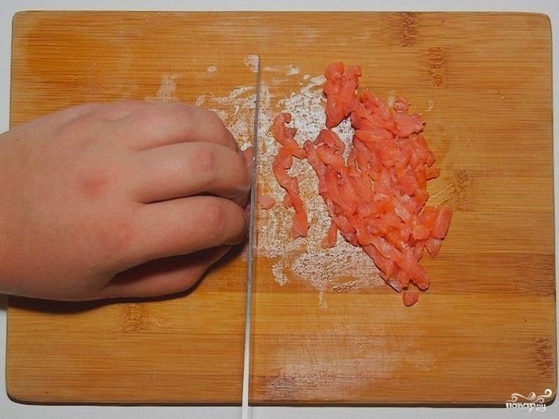 3. Рыбу нарежьте мелко.