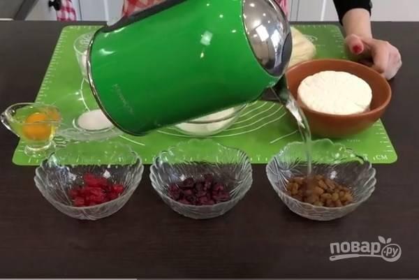 1. Сначала подготовьте сухофрукты. Заливаем их кипятком и даем постоять несколько минут. Затем воду сливаем, а сухофрукты промакиваем бумажными полотенцами.