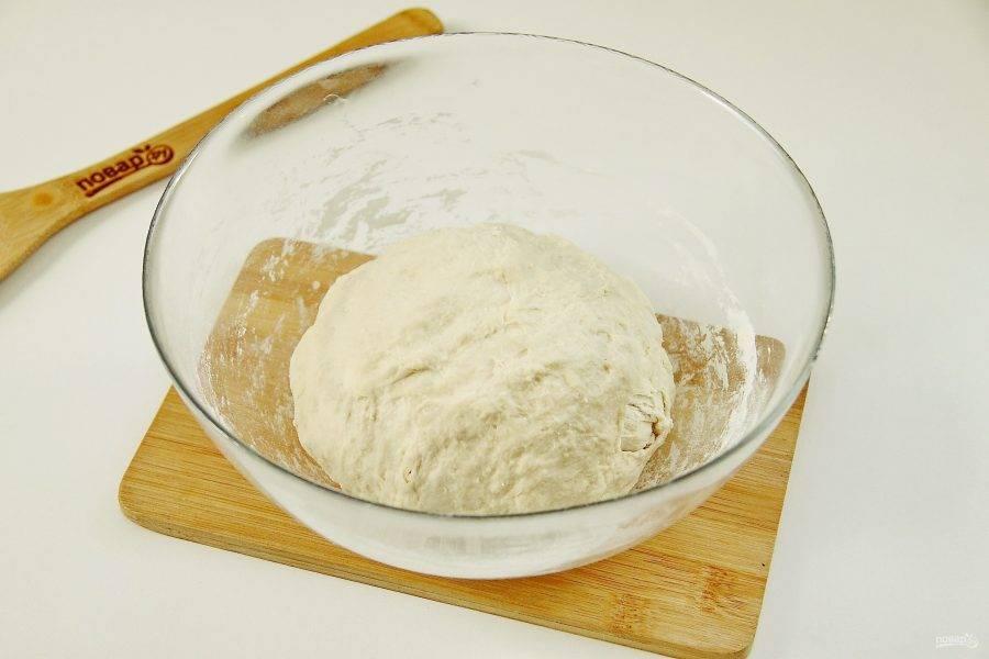 Замесите мягкое тесто. Соберите его в шар, накройте полотенцем и дайте отдохнуть 20-30 минут.