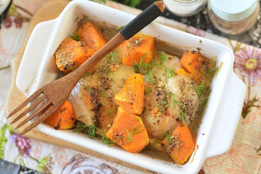 Выпекайте куриные бедрышки с тыквой при температуре 180 градусов в течение 35-40 минут. Спустя это время куриное мясо будет полностью готовым, а тыква станет мягкой и ароматной.