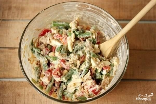 Смешайте все ингредиенты в большой миске, заправьте салат майонезом. Перемешайте. Салат готов. Приятного аппетита!