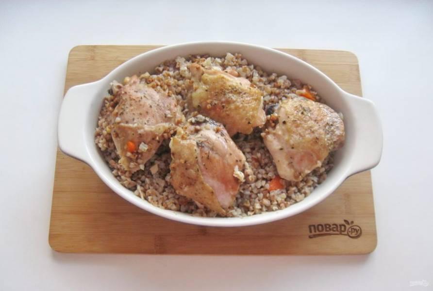 Запекайте куриные бедра с гречкой до готовности 45-55 минут. За 10 минут до окончания приготовления снимите фольгу и дайте курице немного подрумяниться.