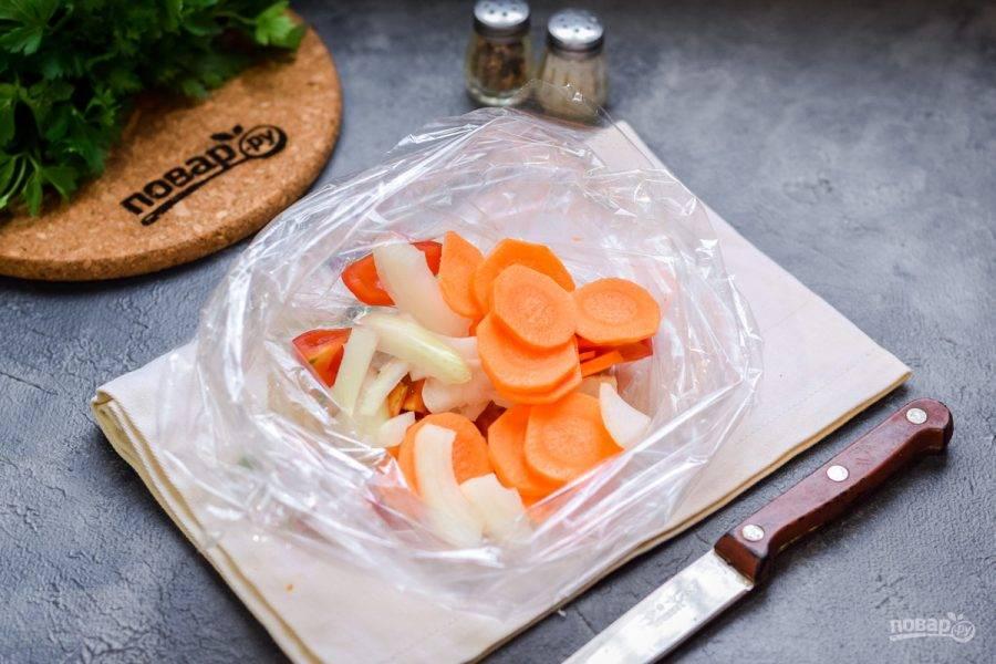 Все подготовленные овощи переложите в рукав для запекания.
