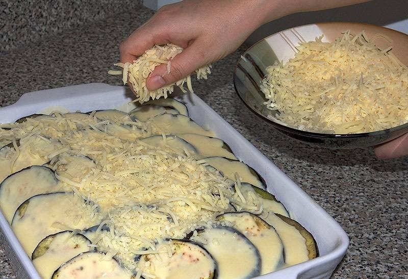 15. Засыпать все тертым сыром и отправить форму в разогретую духовку. Примерно через 45-60 минут жареные баклажаны под мясом в домашних условиях будут готовы.
