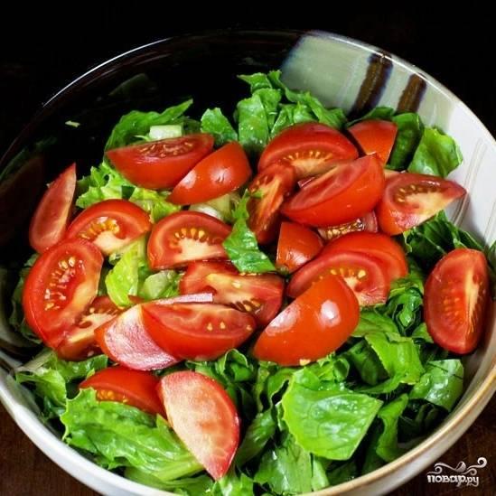 Каждый помидор разрежем на 8 долек, добавим их в салат. Немножко посолим (если соль не употребляете - не солите).
