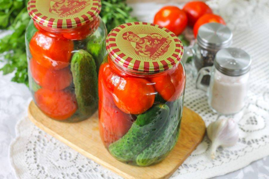 Накройте жестяными крышками и оставьте для пропаривания на 10 минут. Чем крупнее овощи, тем больше время для пропаривания им необходимо.