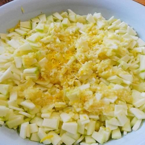 1. Рецепт приготовления варенья из кабачков с апельсинами довольно простой. Для начала необходимо тщательно вымыть кабачки и очистить их кожицы. Нарезать тоненькими маленькими дольками и отправить в емкость для варенья (широкий таз, например). Лимон вымыть и ошпарить кипятком. Затем просушить и натереть немного цедры. Сам лимон порезать, удалить косточки и отправить в блендер или мясорубку. Полученную лимонную массу добавить к кабачкам.