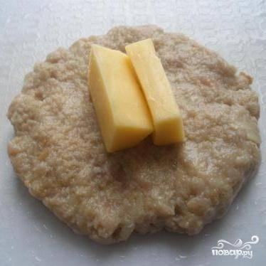 3.Разделить фарш на небольшие кусочки. Сформовать из них лепешки и положить на них один или два кусочка сыра.
