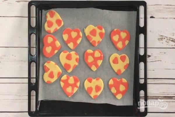 10.Выложите печенье на противень с бумагой для выпечки и выпекайте в духовке, предварительно разогретой до 180 градусов (с конвекцией), около 10 минут.