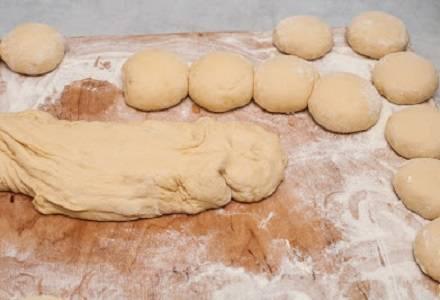 3. Когда тесто хорошо подошло его нужно сразу разделить на небольшие кусочки, скатав их в шарики. Пока будут лепиться первые пирожки, тесто будет продолжать подходить.
