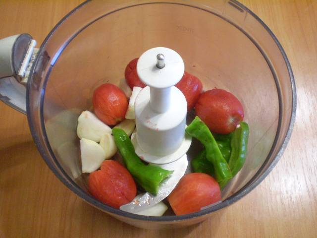 4. Измельчите овощи любым удобным способом, можно даже на мясорубке. Если ничего нет, просто очень мелко рубите ножом.