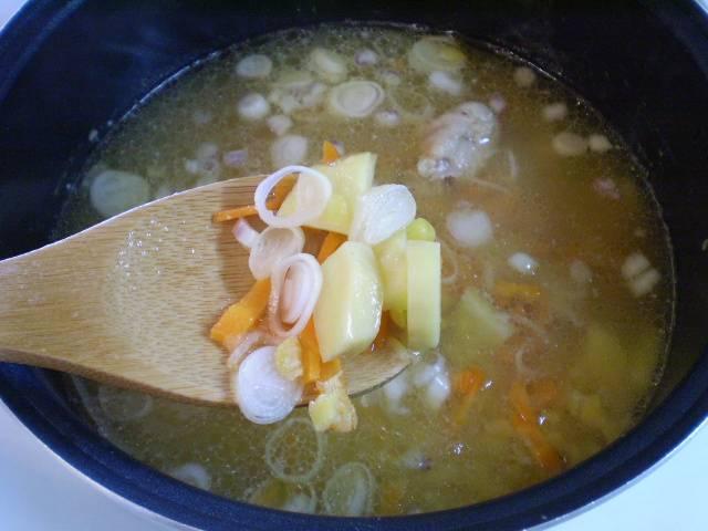 4. Кладем овощи в суп и варим 15-20 минут до готовности овощей.