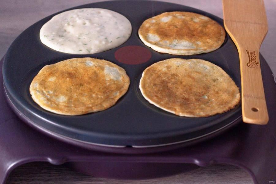 Блинницу или сковороду нагрейте, смажьте растительным маслом (это нужно делать перед каждой порцией) и выпекайте блины. Если тесто получилось жидкое или густое, отрегулируйте его мукой или кипятком. Также можете ещё немного посолить по вкусу.