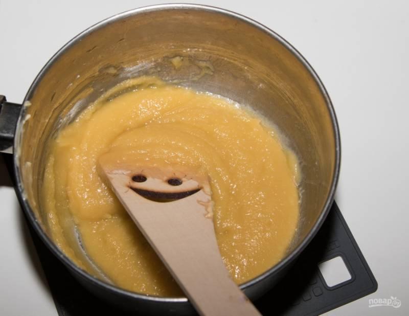 Пока готовится мясо, приготовьте соус. Для этого в ковшике на небольшом огне растопите сливочное масло, всыпьте к нему муку и обжаривайте смесь около 4 минут, постоянно тщательно перемешивая деревянной лопаткой.