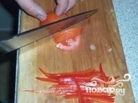 Перец и помидор нарезать соломкой.