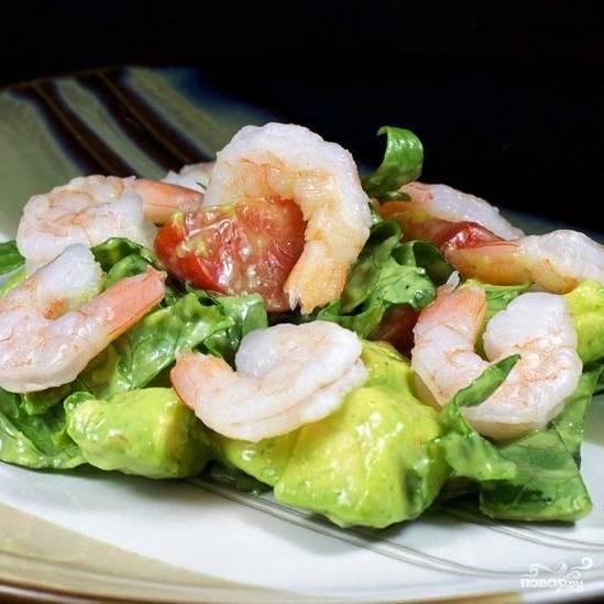 Непосредственно при подаче добавляем в каждую порционную тарелочку отваренные до готовности креветки. Приятного аппетита! :)