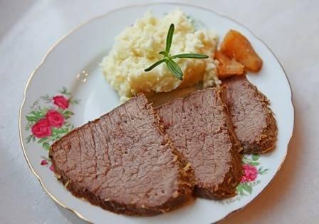 Выключаем духовку, даем мясу еще 10-15 минут постоять в ней, а затем говядину можно вынимать и подавать к столу, нарезав ее на ломтики. Приятного аппетита!