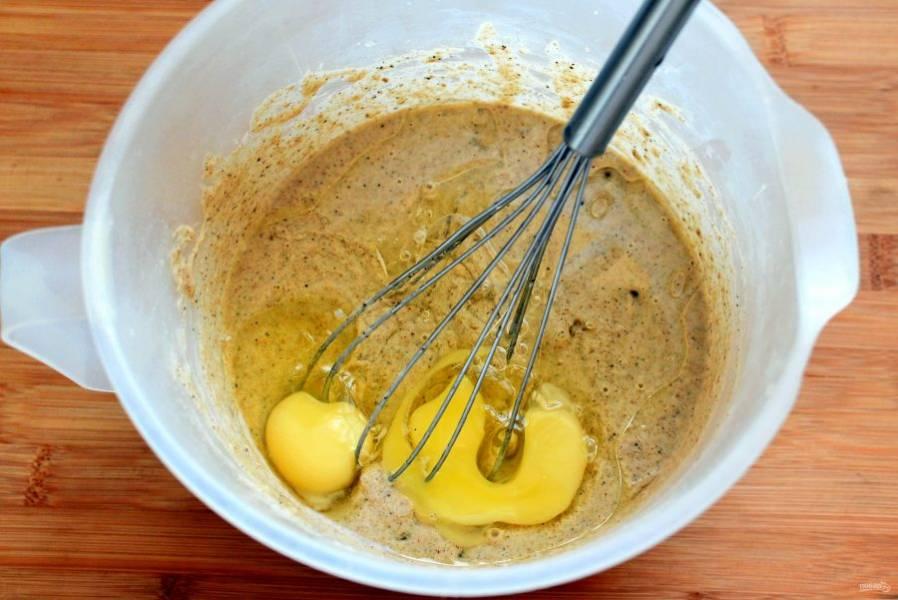Перед приготовлением добавьте яйца, влейте масло и хорошо перемешайте. В последнюю очередь добавьте соду, разведенную в ложке воды, перемешайте, влейте лимонный сок и еще раз перемешайте. Тесто готово к выпечке. Оно немного гуще обычного блинного.