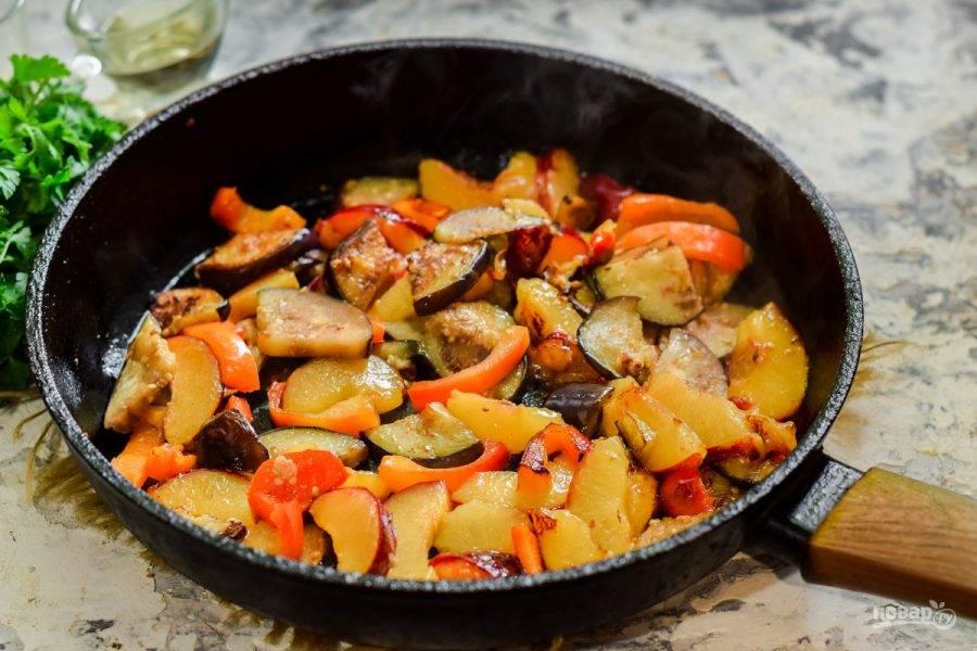 Перемешайте все и жарьте на небольшом огне 3-4 минуты. В конце приготовления снимите пробу, отрегулируйте вкус. Разложите закуску по тарелкам и подавайте к столу.
