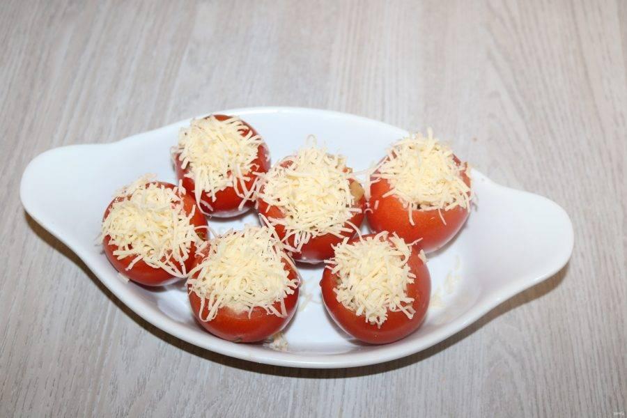 Сверху посыпьте натёртым на мелкой тёрке сыром. Отправьте в разогретую до 180 градусов духовку на 15 минут.