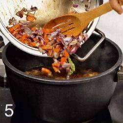 Нагреть в сковороде жир. Обжарить в нем репчатыи лук, чеснок и лук-порей, 3 мин. Добавить репу и морковь, готовить 4 мин. Переложить овощи в кастрюлю с фасолью, приправить солью и перцем, перемешать и варить с закрытой крышкой 15 мин.