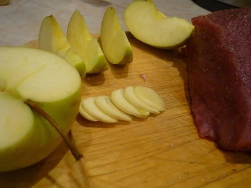 Теперь чистим чеснок и нарезаем его пластинками, у яблока удаляем сердцевину и нарезаем его дольками.
