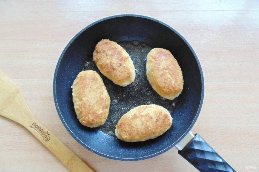 Обжарьте рыбные зразы с обеих сторон до золотистой корочки.