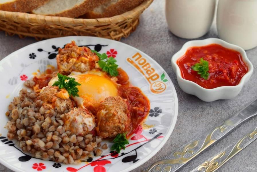 Готовые фрикадельки с яйцом подавайте с рубленой зеленью и любимым гарниром. Приятного аппетита!