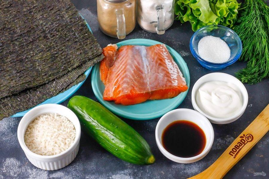 Подготовьте указанные ингредиенты. Можно использовать в качестве начинки слабосоленую семгу, крабовые палочки, огурец, авокадо.