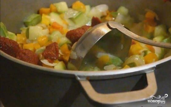 4. В самом конце добавляем томатную пасту и тушим еще около 5 минут, постоянно помешивая. Наши овощи должны быть полностью готовыми, то есть мягкими. По необходимости добавляйте воду.