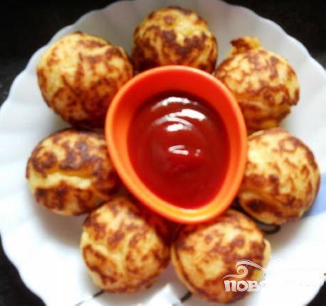 6.Подавайте шарики еще теплыми с острым соусом или мясными блюдами.