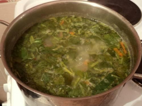 8. За 3-4 минуты до готовности супа отправить в кастрюлю щавель. Свежую зелень вымыть, просушить и нарезать мелко. Использовать можно любую зелень, которая есть под рукой.