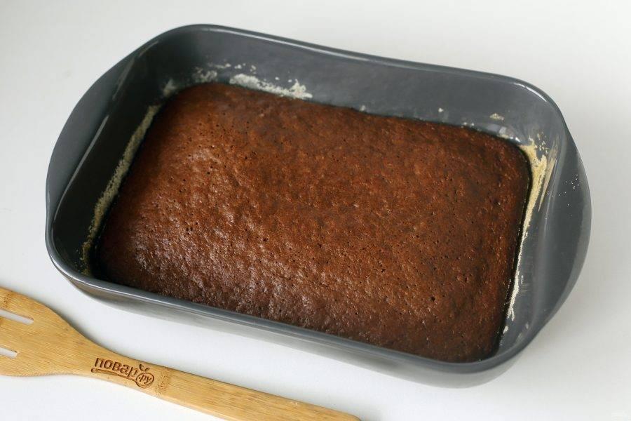 Морковный пирог с какао готов.