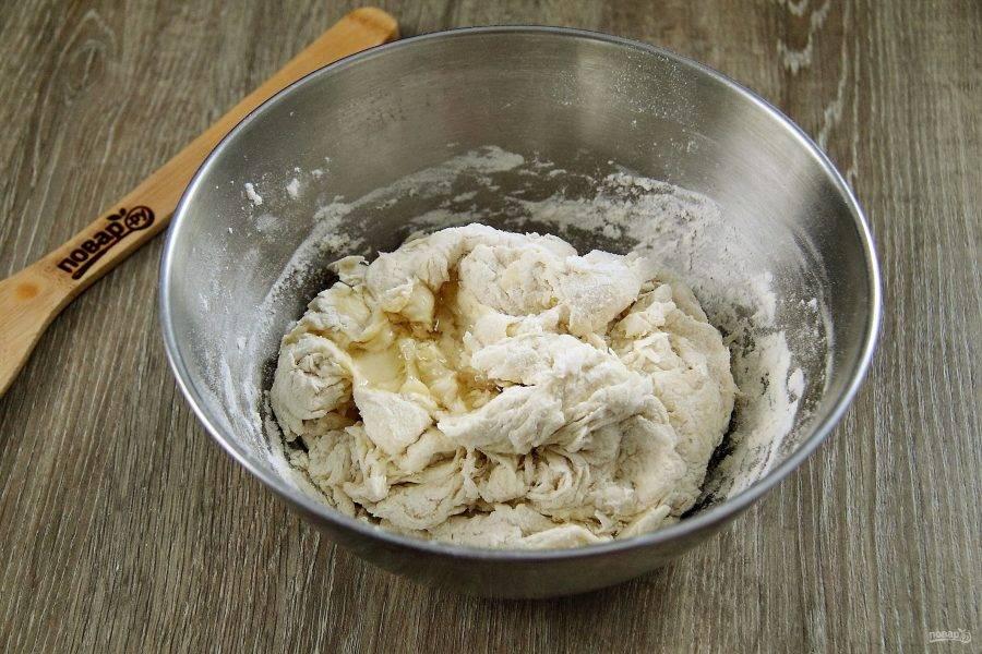 После того, как перемешивать ложкой станет тяжело, добавьте масло.
