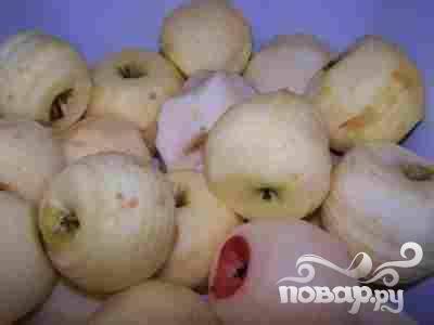 2.Яблоки нужно перебрать, помыть и очистить кожицу для лучшей сокоотдачи.