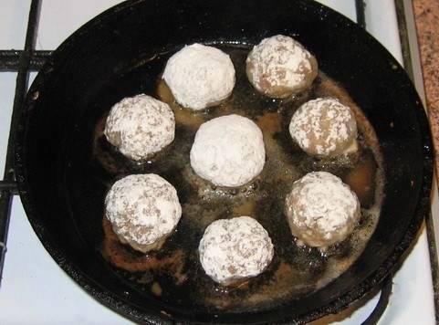 Сковородку хорошенько разогреваем и наливаем в нее масла, затем убавляем огонь до среднего и обжариваем их со всех сторон до образования корочки. Готовые тефтели перекладываем в тарелочку.