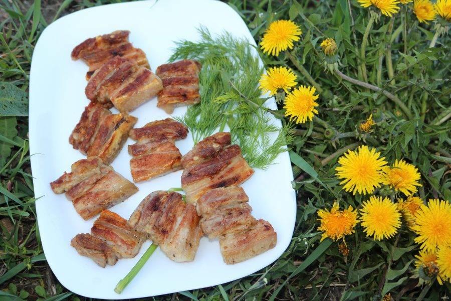Выложите на тарелку, подавайте с зеленью и овощами. Приятного аппетита!