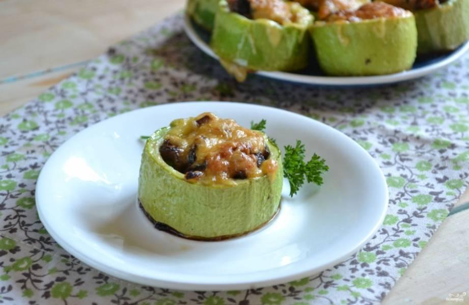Готовые фаршированные кабачки подавайте, украсив зеленью. Кушать их можно и холодными, и горячими. Приятного аппетита!