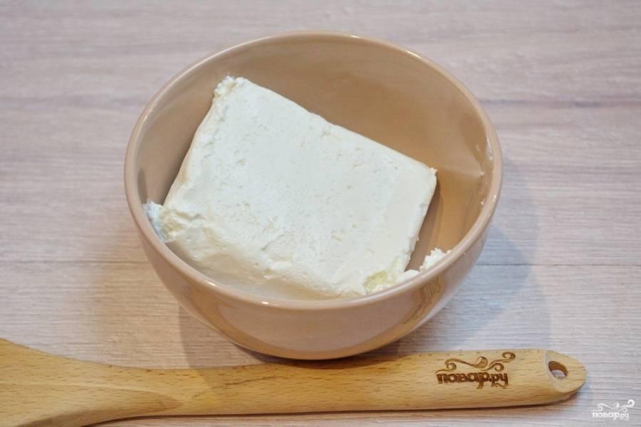 Для приготовления начинки возьмите творог 4-9 % жирности. Для такого блюда отлично подходят брикеты покупного творога. На 1 лист лаваша достаточно одного брикетика.