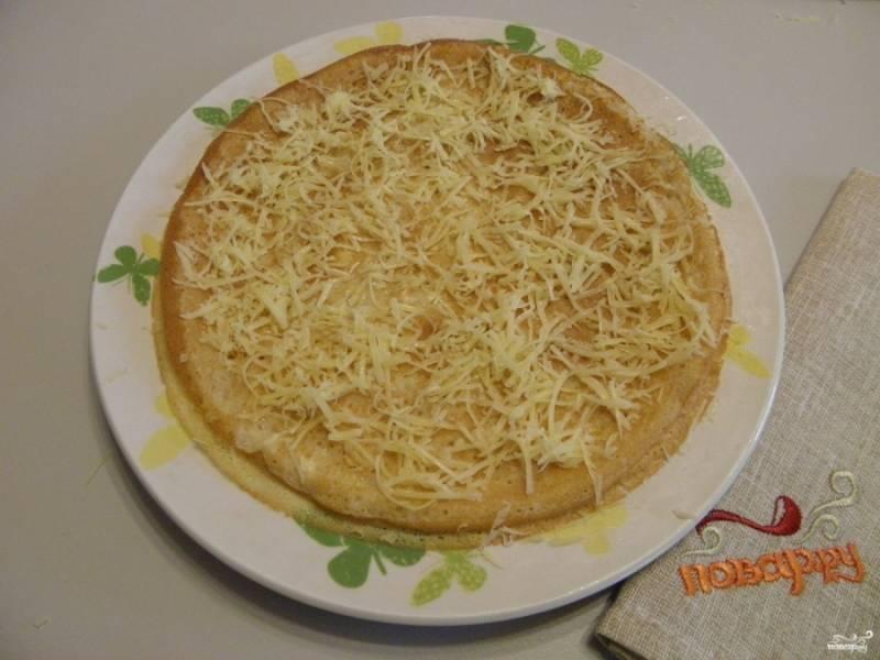 Особенность тортика в том, что каждый горячий блинчик нужно сразу выкладывать на блюдо или тарелку и посыпать сыром, предварительно смазать блинчик маслом. Пока блины горячие сыр будет плавится. Накрывайте сыр снова горячим блинов и посыпайте сыром.