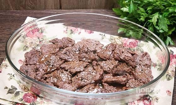 3. Переложите говядину в жаропрочную форму.
