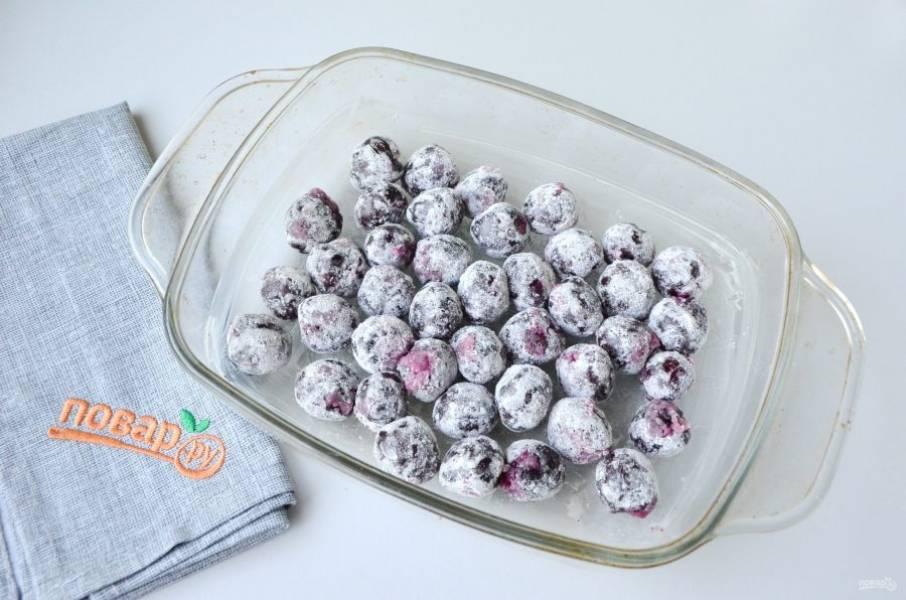 3. Форму для запекания смажьте сливочным маслом. Положите ягоды.